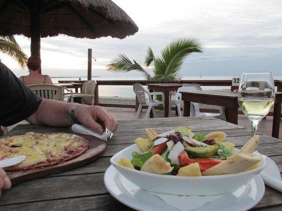 Smugglers Cove Beach Resort & Hotel: Menu salad offering