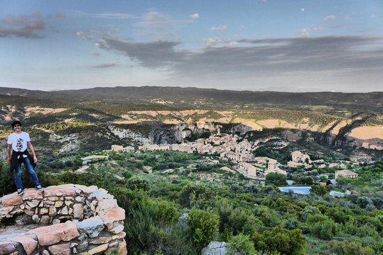 Hotel Santa Maria de Alquezar: View of Alquezar and the mountain range beyond