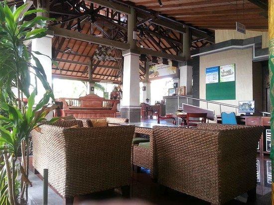 Adi Dharma Hotel: Seating area near internet area