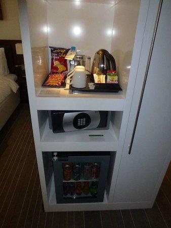 Holiday Inn Muscat Al Seeb: Coffee / tea and safe