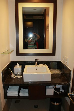 Holiday Inn & Suites Makati: bathroom