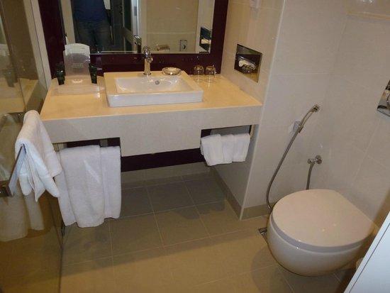 Holiday Inn Muscat Al Seeb: Bathroom