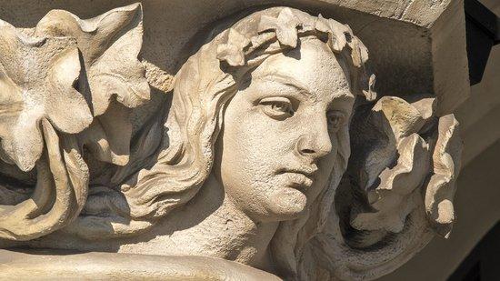 Tuchhallen (Sukiennice): female face