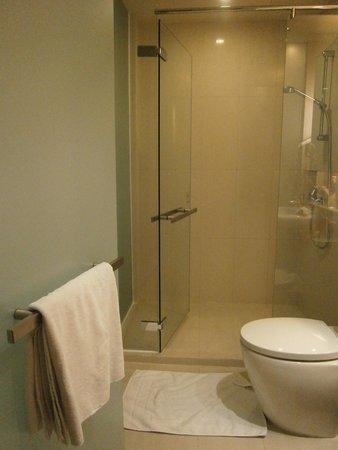 On8 Sukhumvit Nana By Compass Hospitality: ドア開けてすぐのバスルーム。水はけ良しですよ