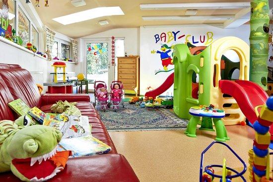 Habachklause: Babyclub-Lounge mit Rutsche und Zugang zum Babygarten