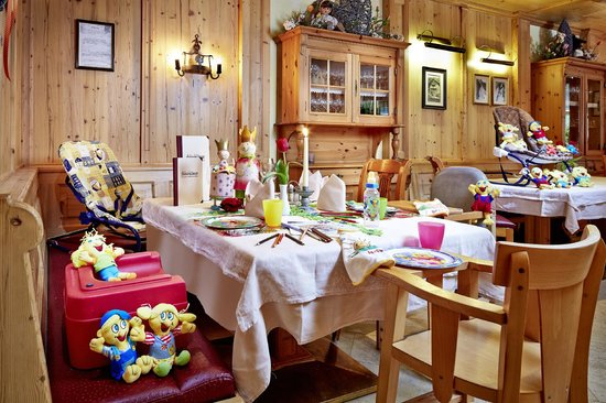 Habachklause: Tisch im Restaurant gedeckt für Familie mit Baby und Kleinkind