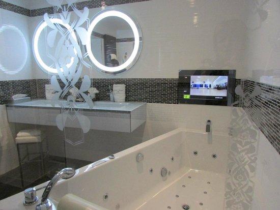 Auberge de Cassagne & Spa: Superbe salle de bains avec télé incrusté face à la baignoire