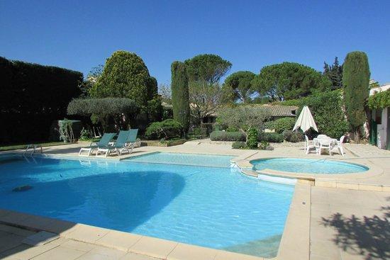 Auberge de Cassagne & Spa : La piscine extérieure, mais en Avril, encore trop froid pour se baigner