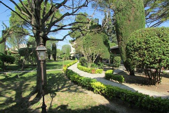 Auberge de Cassagne & Spa : Très joli jardin, magnifiquement entretenu