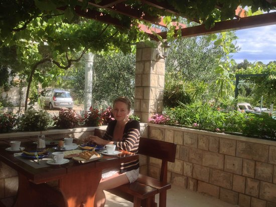 Villa Mirosa Restaurant & Pansion: Breakfast time