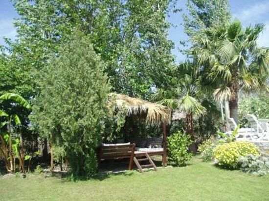 Dalyan Garden Pension : Shaded seating areas in Garden
