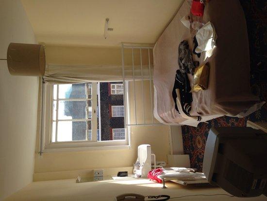 The Lonsdale Hotel: Раковина и кровать. Как в тюремной камере