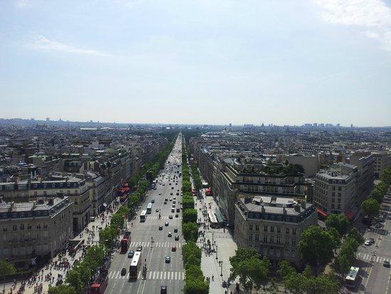 Champs-Elysees: Вид на Елисейские поля с Триумфальной арки