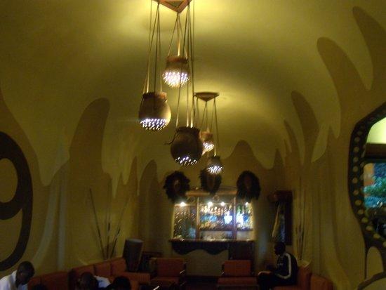 Mara Serena Safari Lodge: Lobby in the evening