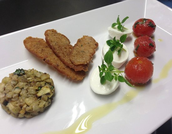 Hotel St. Pankraz - Ultental - Sudtirol: Büffel Mozzarella mit Auberginen Tartar