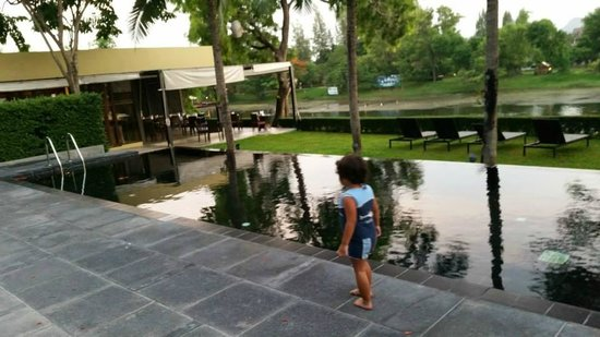 U Inchantree Kanchanaburi: Swimming Pool and Peppers Restaurant