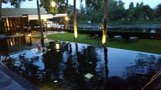 U Inchantree Kanchanaburi: pool and peppers restaurant at night
