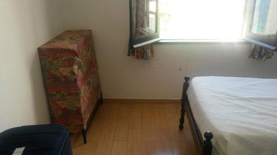 Apartamentos do Parque: Bedroom - bare plaster patches