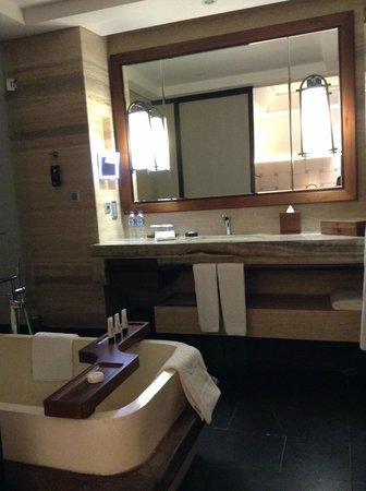 Sofitel Bali Nusa Dua Beach Resort: The spacious bathroom