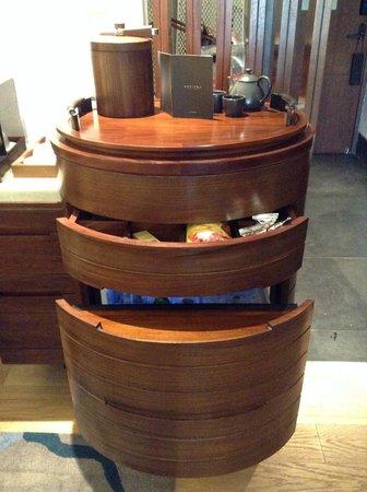 Sofitel Bali Nusa Dua Beach Resort: The refreshment counter with built in fridge.