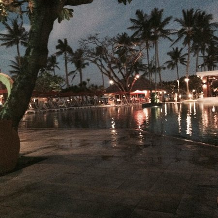 Nusa Dua Beach Hotel & Spa : Lovely relax by the pool