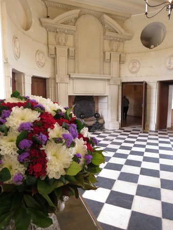 Chateau de Chenonceau: Flowers in the gallery.