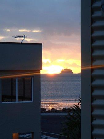 Beachside Resort Whitianga: Sunrise over Mercury Bay from our room...very nice