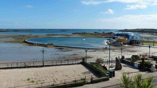 Ommaroo Hotel: Strandbad vor dem Hotel