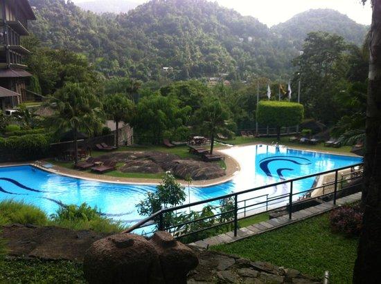 Earl's Regency: Pool-side view