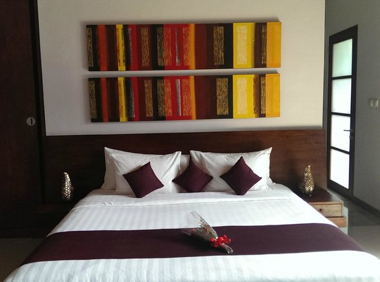 The Wolas Villas & Spa: Our colorful and comfy bed