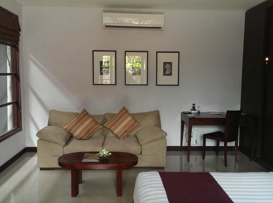 The Wolas Villas & Spa: Nice comfy couch and study