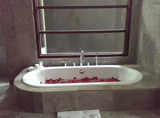 The Wolas Villas & Spa : Bathtub covered with rose petals <3