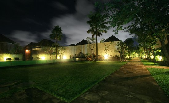 Amor Bali Villa: Main pool and garden at the night time
