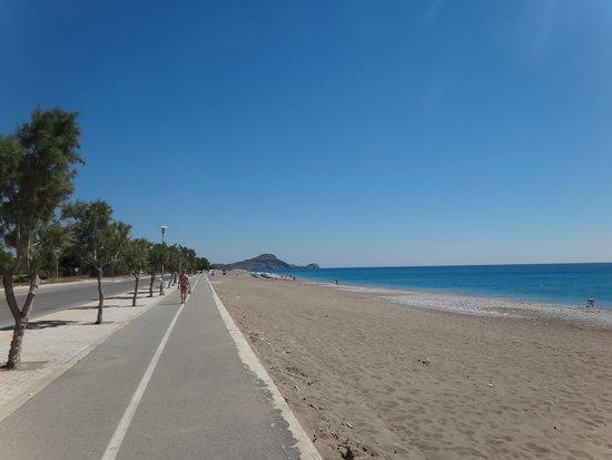 Kyriakos Studios-Apartments: Дорога и променад вдоль пляжа