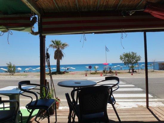 Kyriakos Studios-Apartments: Одно из кафе у пляжа
