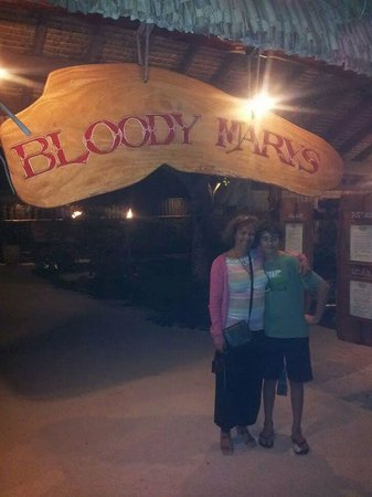 Bloody Mary's : moi et Alexandre a mon arrive au bloody mary ...
