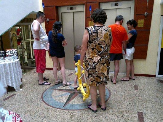 Hotel Palace Heviz: в 2014 году появились семьи с многочисленными детьми, включая грудничков. В 2013 такого не было
