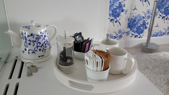 Trevose Harbour House: even the kettle is blue&white