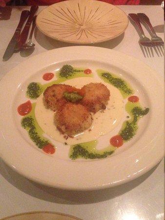 Cuatro Restaurant: Crab Cakes - Yes, Please!