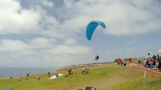 Torrey Pines Gliderport : a pilot and passenger coming in for a landing