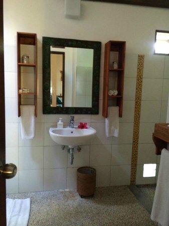 Cocotinos Sekotong, Boutique Beach Resort & Spa: Bathroom with pebble-floor