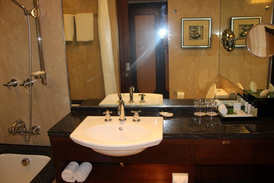 Hyderabad Marriott Hotel & Convention Centre: Bathroom - Standard room