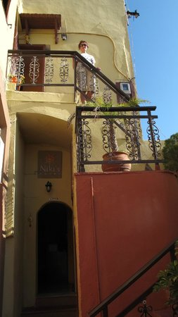 Niki's Hotel: Наружная лестница на второй этаж