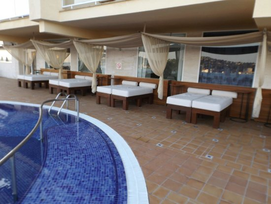 Iberostar Jardin Del Sol Suites: beds at pool area to relax