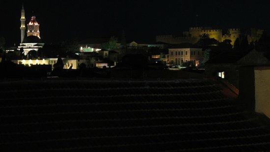 Niki's Hotel: Вид с балкона вечером