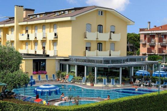 Hotel Junior: Esterno piscina giorno