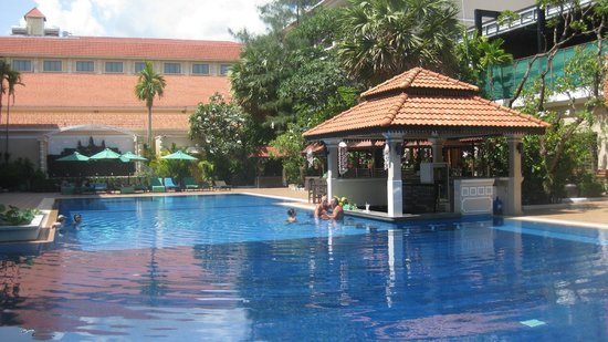 Hotel Somadevi Angkor Resort & Spa: really nice feel about the whole garden and pool