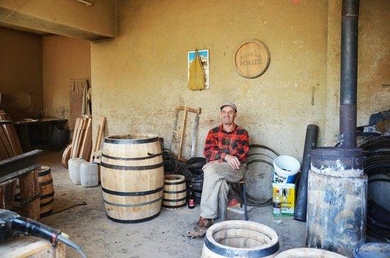 Крушево, Республика Македония: Mr Mile is owner of the generations old handmade barrel shop.