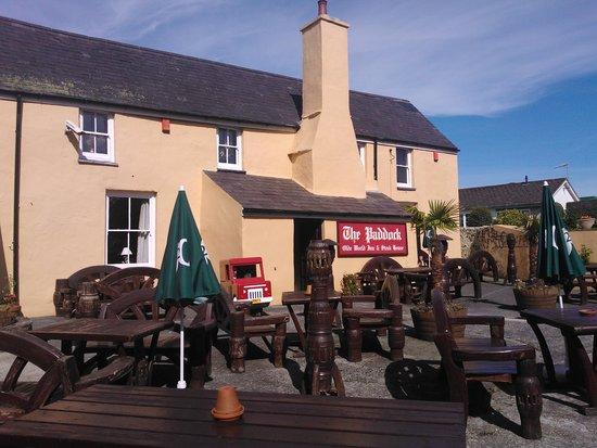 The Paddock Inn: Some good seating