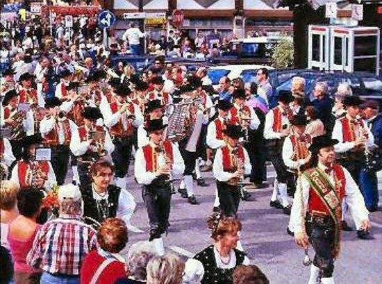 Hotel Dolomiti: festa al centro del Paese di fronte H. Dolomiti